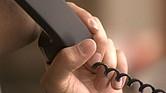 En los fraudes telefónicos, generalmente los estafadores llaman a la línea fija de la casa (landline), aunque también se han visto casos en los que llaman al número del celular.