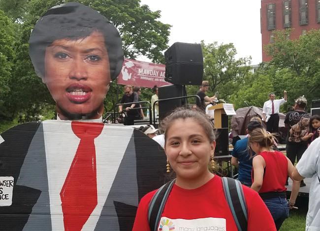 Estudiantes inmigrantes de DC piden a la Alcaldesa Bowser que los escuche