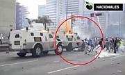 Una tanqueta de la Guardia Nacional de Venezuela arrolla a un manifestante