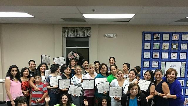 Graduadas del programa Emprende Mujer, junto a directivas de El Poder de Ser Mujer.