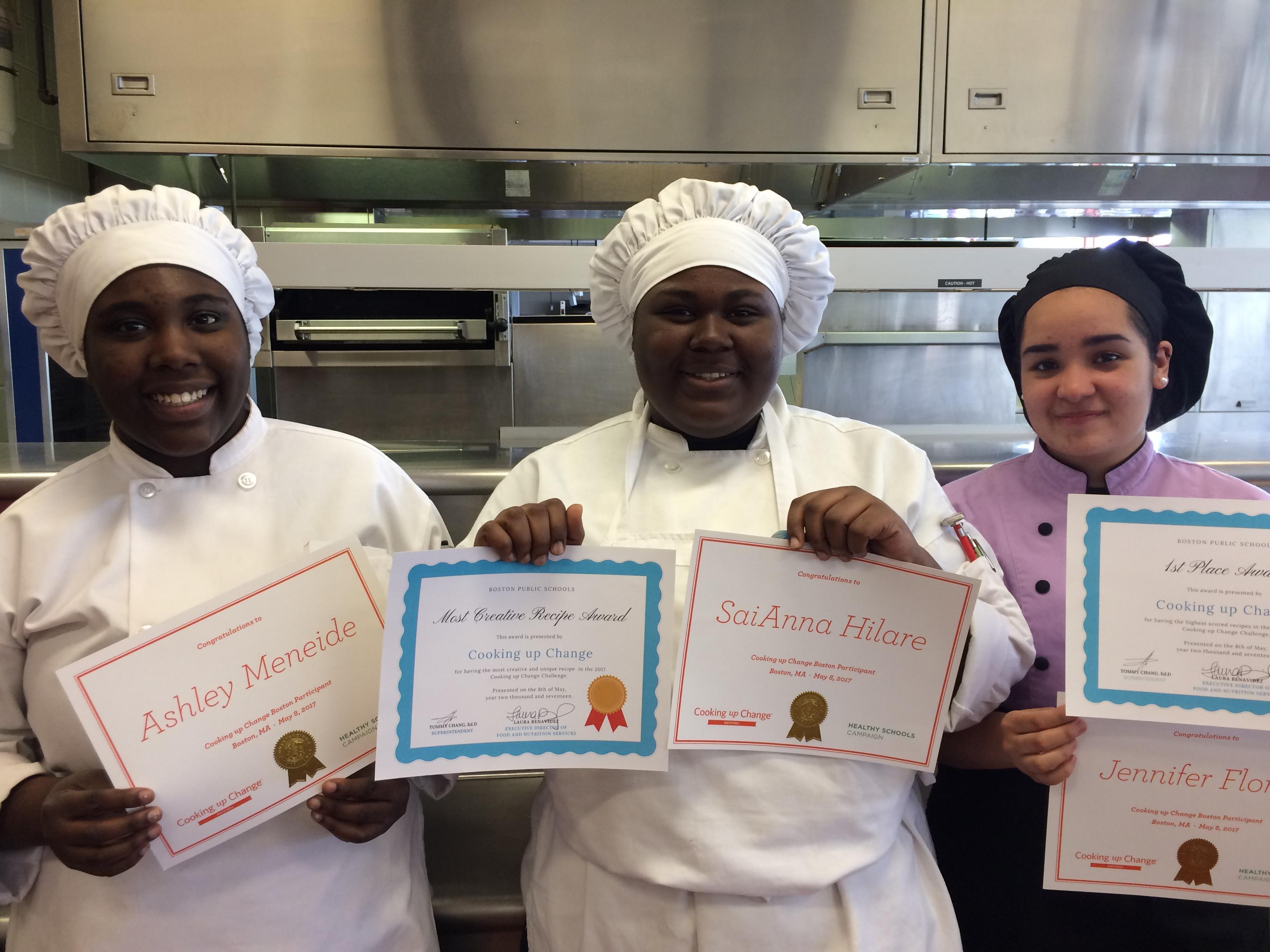 Jennifer Flores, Ashley Meneide y SaiAnna Hilare mostrando sus diplomas