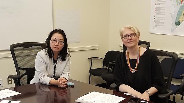 HyeSook Chung (izquierda) y Jennifer Niles (derecha), explican los beneficios de la asesoría legal gratuita