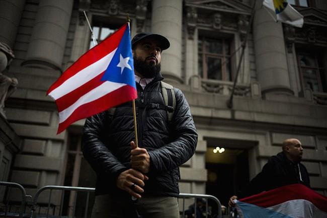 Un manifestante sostiene una bandera puertorriqueña durante una manifestación en Nueva York el 30 de septiembre de 2016