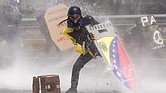 Manifestantes se enfrentan a la Guardia Nacional Bolivariana el miércoles 10 de mayo de 2017, en Caracas.