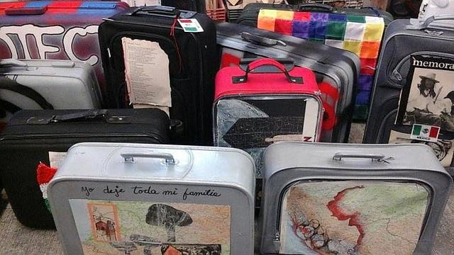 Las maletas fueron pintadas y muestran palabras, mapas, parches, banderas y otros gráficos.