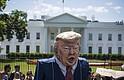 La gente protesta frente a la Casa Blanca el 10 de mayo para exigir una investigación del presidente Donald Trump después de despedir al director del FBI, James Comey.