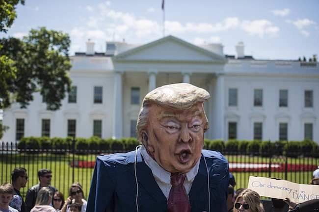 En medio de preguntas acerca de los vínculos entre Rusia y Trump, los protestantes se reúnen en frente de la Casa Blanca