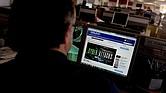 Un periodista lee un articulo sobre el ciberataque global en su puesto de trabajo en Estambul, Turquía, ocurrido el 12 de mayo de 2017. El ransomware WannaCry, que exigía un pago en la moneda digital Bitcoin para recuperar el acceso a las computadoras, afectó a al menos 150 países, y golpeó a centros de salud en el Reino Unido, grandes empresas en Francia y España, la red ferroviaria en Alemania, organismos públicos en Rusia y universidades en China.