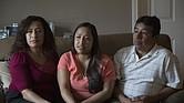 Anabel Cuevas, centro, habla sobre los desafíos de crecer como inmigrante indocumentada, junto con sus padres Victoria, a la izquierda, y Eugenia Cuevas, en Duarte, California el 7 de abril de 2016.
