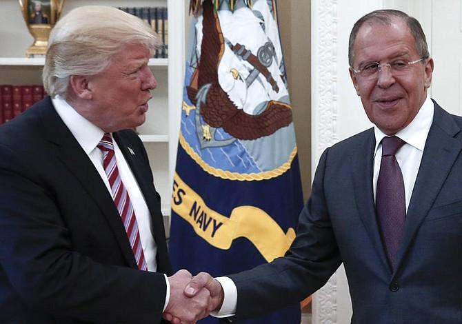 """Trump defiende """"derecho absoluto"""" a compartir información con Rusia"""