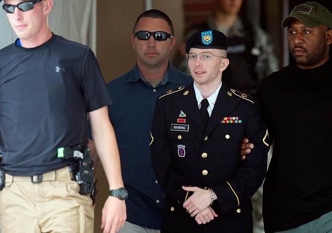 Manning, la analista que sacó los colores a EEUU, queda en libertad