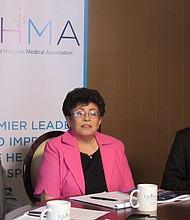 MÉDICOS. De izq. a der. Walter Faggett, de la Asociación Nacional de Médicos; Elena Ríos, de la Asociación Nacional de Médicos Hispanos y David Lee Hawks, de la Asociación de Médicos Asiáticos y de las Islas del Pacífico.