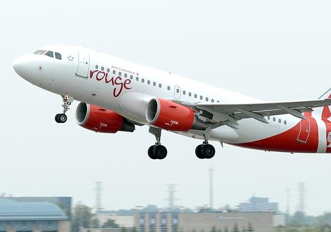 Desvían avión por pasajero que trató de abrir una puerta
