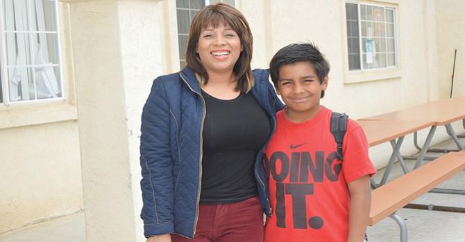 La señora Alba de La Torre acompañada por su hijo Santiago, quien estudia en Beacon, en cuarto grado.