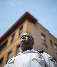 El teniente Fontaine Smallwood, de 40 años, creció a dos millas de donde Ernest Solomon fue asesinado. Durante los disturbios de 2015, trató de contener a los saqueadores.