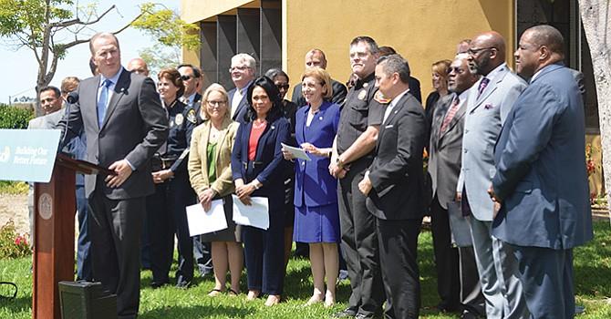 El alcalde Kevin Faulconer con miembros de su gabinete y dos regidores en el exterior de la Biblioteca Malcom X. Foto-Archivo: Horacio Rentería/El Latino San Diego.