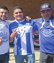 AFICIONADOS. De izq. a der.: Jesús Argüello, Wilmer Molina y René Asturias
