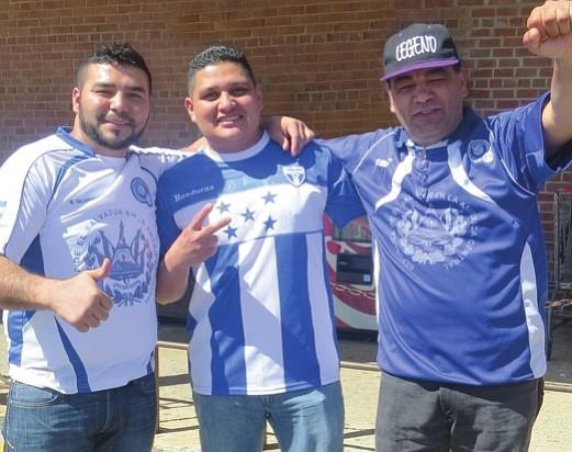 Salvadoreños y hondureños de VA contagiados con la fiebre del fútbol