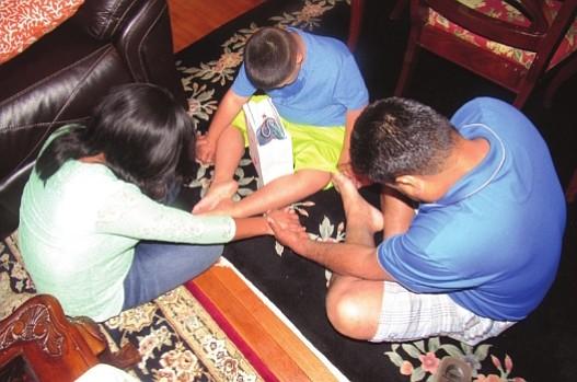CALOR FAMILIAR. Jennifer con su padre y hermanito. Jennifer es una de las 2.400 que han llegado a EE.UU. a través de programa de refugiados para menores centroamericanos.