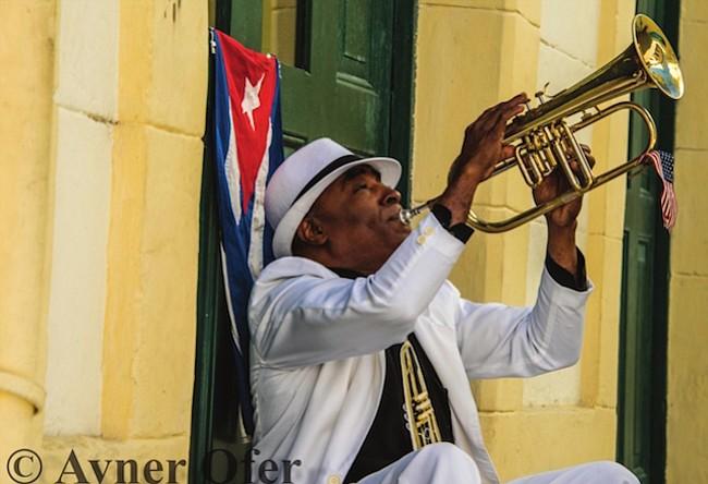 MÚSICA. La música está en la sangre del pueblo cubano como lo demuestra este hombre con su trompeta.
