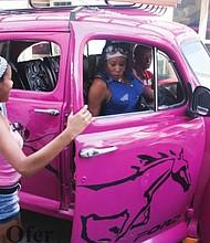 CALLES. Por las calles de Cuba se observan autos de otra época, como este capturado por el fotógrafo de DC, Avner Ofer.
