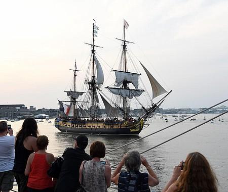 El anfitrión de este evento es Sail Boston, una organización sin fines de lucro dedicada a la promoción del turismo y patrimonio marítimo.