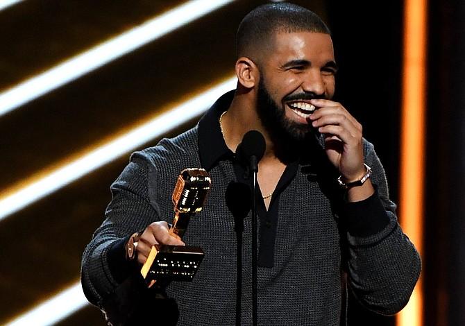 Drake conquista los Billboard, que recordaron a Juan Gabriel