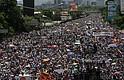 """Miles de personas participaron en una en una manifestación el sábado 20 de mayo de 2017, en Caracas, Venezuela. Las fuerzas de seguridad dispersaron con gases lacrimógenos la marcha opositora que pretendía movilizarse desde el este de Caracas hasta la sede del Ministerio de Interior, en el centro de la ciudad, órgano al que los opositores responsabilizan de la """"represión"""" en las protestas."""