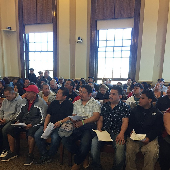 Guatemaltecos esperando hacer sus trámites en el Consulado Móvil