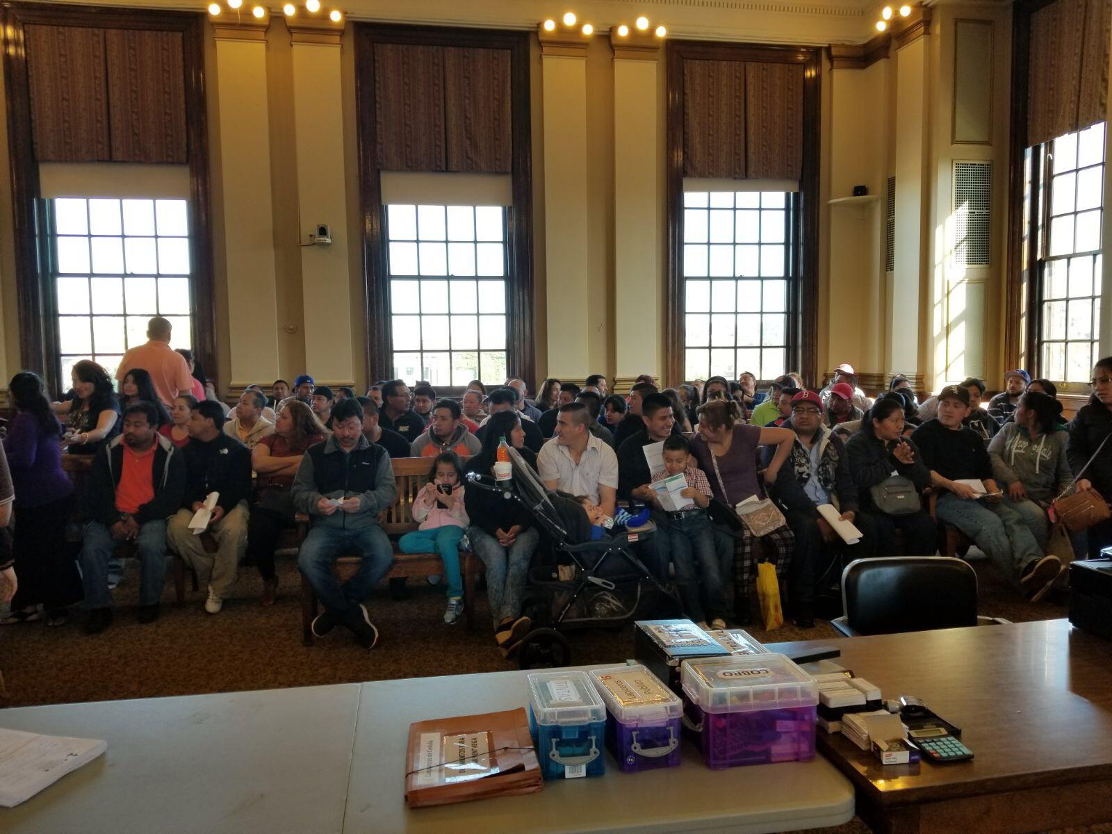 Guatemaltecos esperan para ser atendidos en el Consulado Móvil de Guatemala en el City Hall de Chelsea