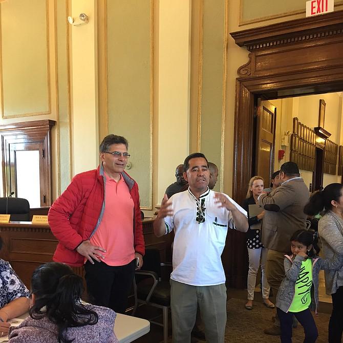 El City Manager Tom Ambrosino coordinando logística con el concejal Enio López