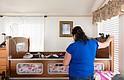 Sonia atiende a su hija Abril en su casa en Santa Cruz, California, el 5 de abril de 2017. Sonia es una inmigrante indocumentada y está preocupada por lo que le ocurriría a Abril si fuera deportada.