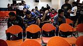 Inmigrantes salvadoreños esperan el 15 de mayo en el principal centro de migración de San Salvador luego de haber sido deportados desde México.