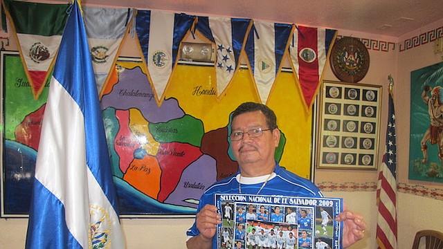 PASIÓN. El salvadoreño Manfredo Mejía tiene en su restaurante Atlacatl una extensa colección de fotografías y otros recuerdos de la Selecta.