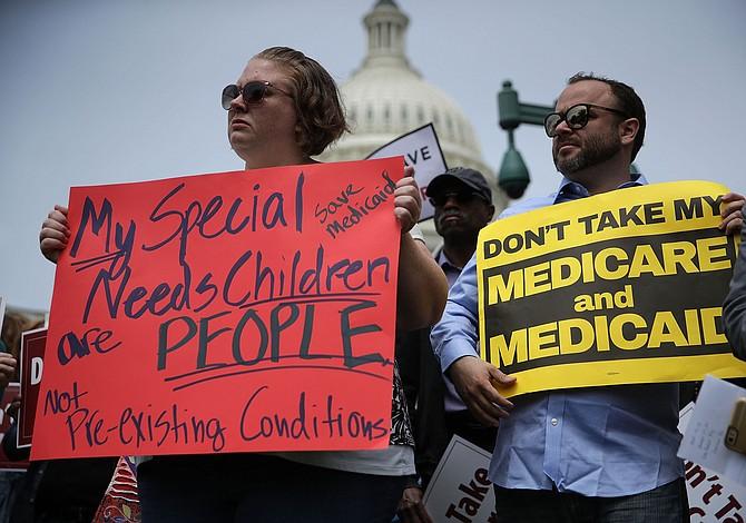 """Trump dice estar """"muy cerca"""" de una ley de salud pese a división republicana"""