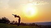 Con la llegada del buen clima no faltan las opciones para hacer yoga al aire libre