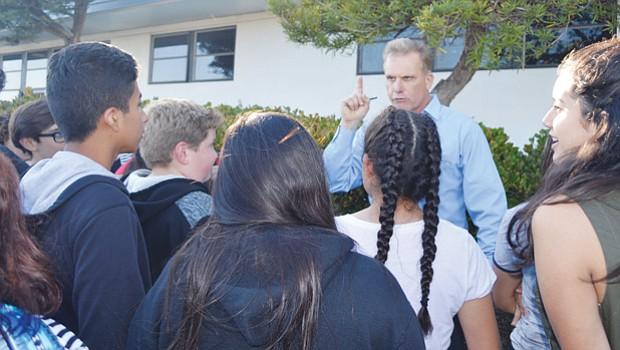 El maestro Keith Ballard en diálogo con estudiantes y padres de familia. Foto: Horacio Rentería/El Latino San Diego.