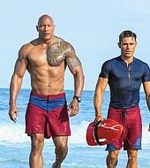 """Zac Efron y Dwayne Johnson """"The Rock"""" son los nuevos socorristas convertidos en héroes."""