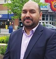 FRAUDE. Néstor Alvarenga dijo que la campaña busca que la comunidad no caiga en fraudes pagando miles de dólares por simples formularios.