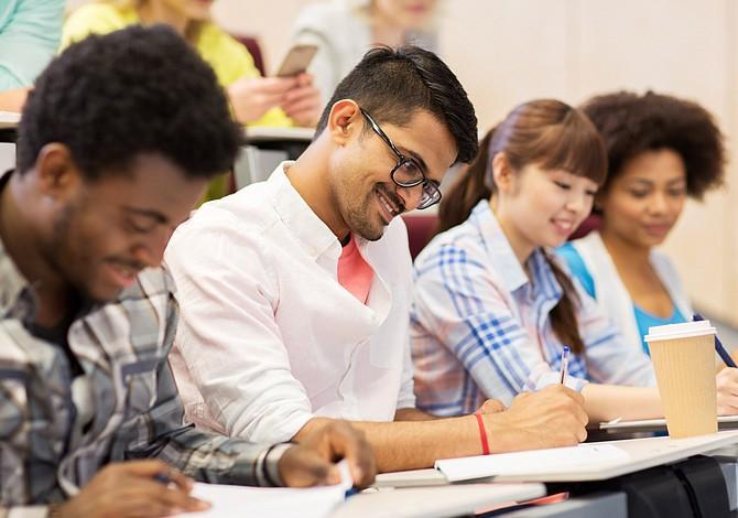 Anuncian nuevo programa público que permite acceso gratuito a la universidad en MA