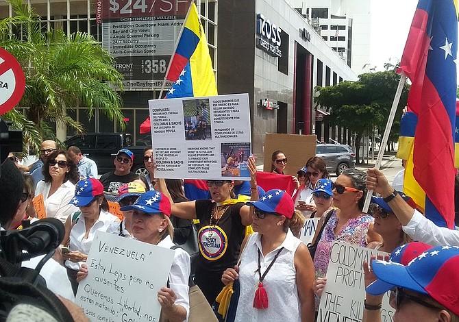 """Exilio protesta en Miami contra Goldman Sachs por """"darle oxígeno"""" a Maduro"""