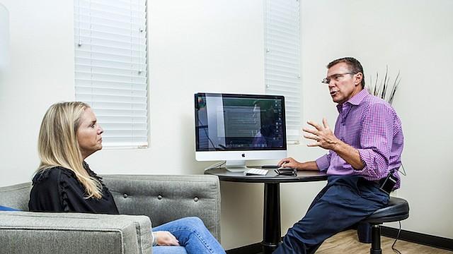 Darren Phelan discute las opciones de atención médica con la paciente Lindsy Martin en Menlo Park, California.