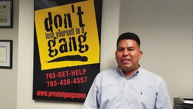 """PREVENCIÓN. Robert """"Tito"""" Vílchez, de padres peruanos, usa el deporte como medida preventiva para combatir las pandillas en Arlington."""