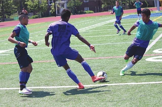 FÚTBOL. Los jóvenes tienen la oportunidad de ocupar su tiempo libre en el deporte favorito de los latinos, el fútbol.