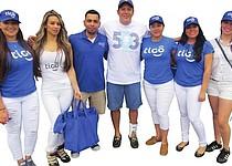 GERENTE. Carlos Valencia (centro) con su equipo de la empresa TIGO en el estadio RFK antes del partido entre El Salvador y Honduras.
