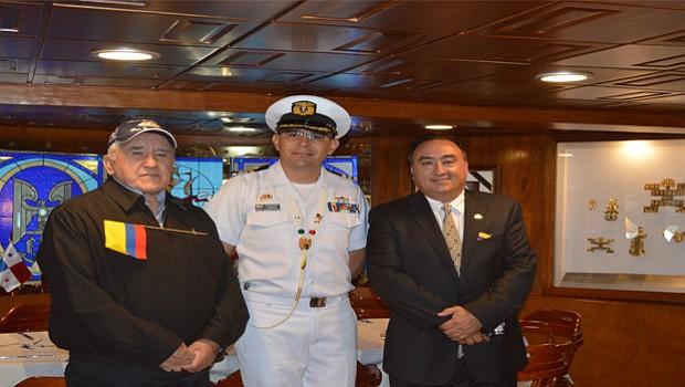 El Capitán de Fragata, Andrés Avella, (al centro), acompañado de Luis Reyez (Izquierda en la gráfica) y Manny Reyes (Derecha), Tesorero y Presidente de la Cámara de Comercio Colombiana en San Diego, respectivamente.