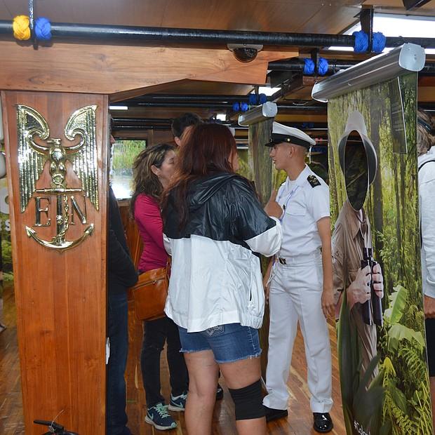 Un cadete muestra a visitantes la biodiversidad que caracteriza a Colombia. Foto: Horacio Rentería/El Latino San Diego.
