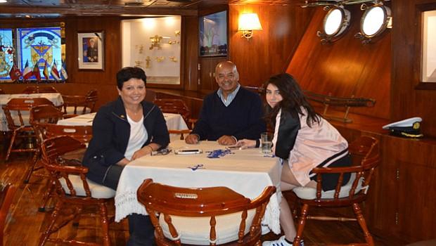 Una familia que acudió a disfrutar del magnífico ambiente que ofrece el Buque-Escuela ARC de Colombia.