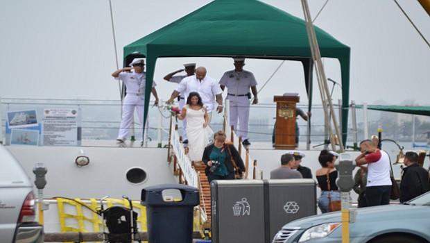 Los cadetes reciben, guían y despiden a los visitantes al buque-escuela colombiano.