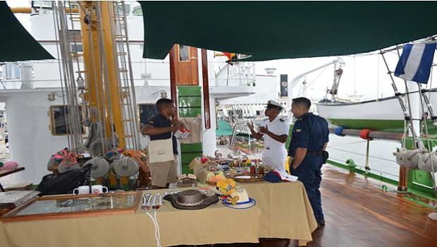 Dentro del buque se exhiben y venden productos, objetos y dulces típicos de Colombia.
